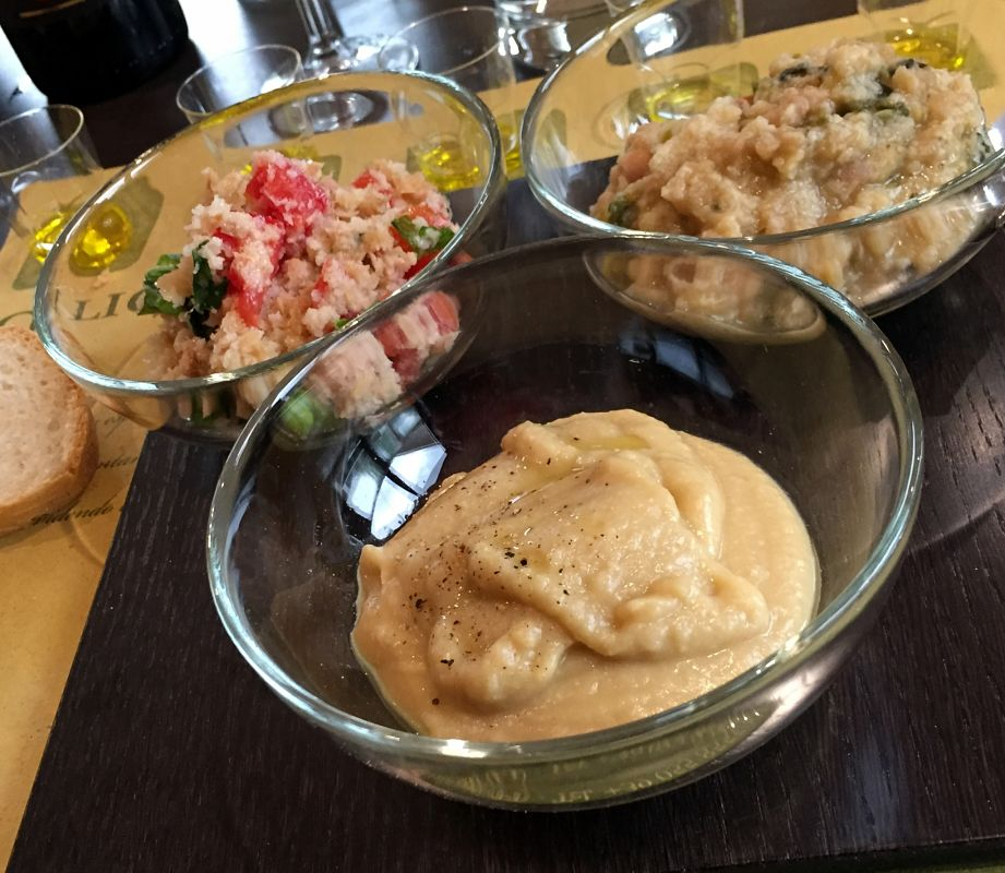 olive oil tasting assaggio olio d'oliva su piatti tipici
