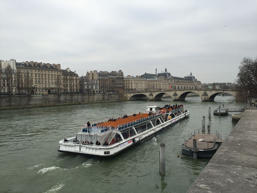 walking along la Seine