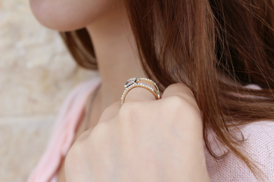How to style velvet clothings with jewelry - Ring